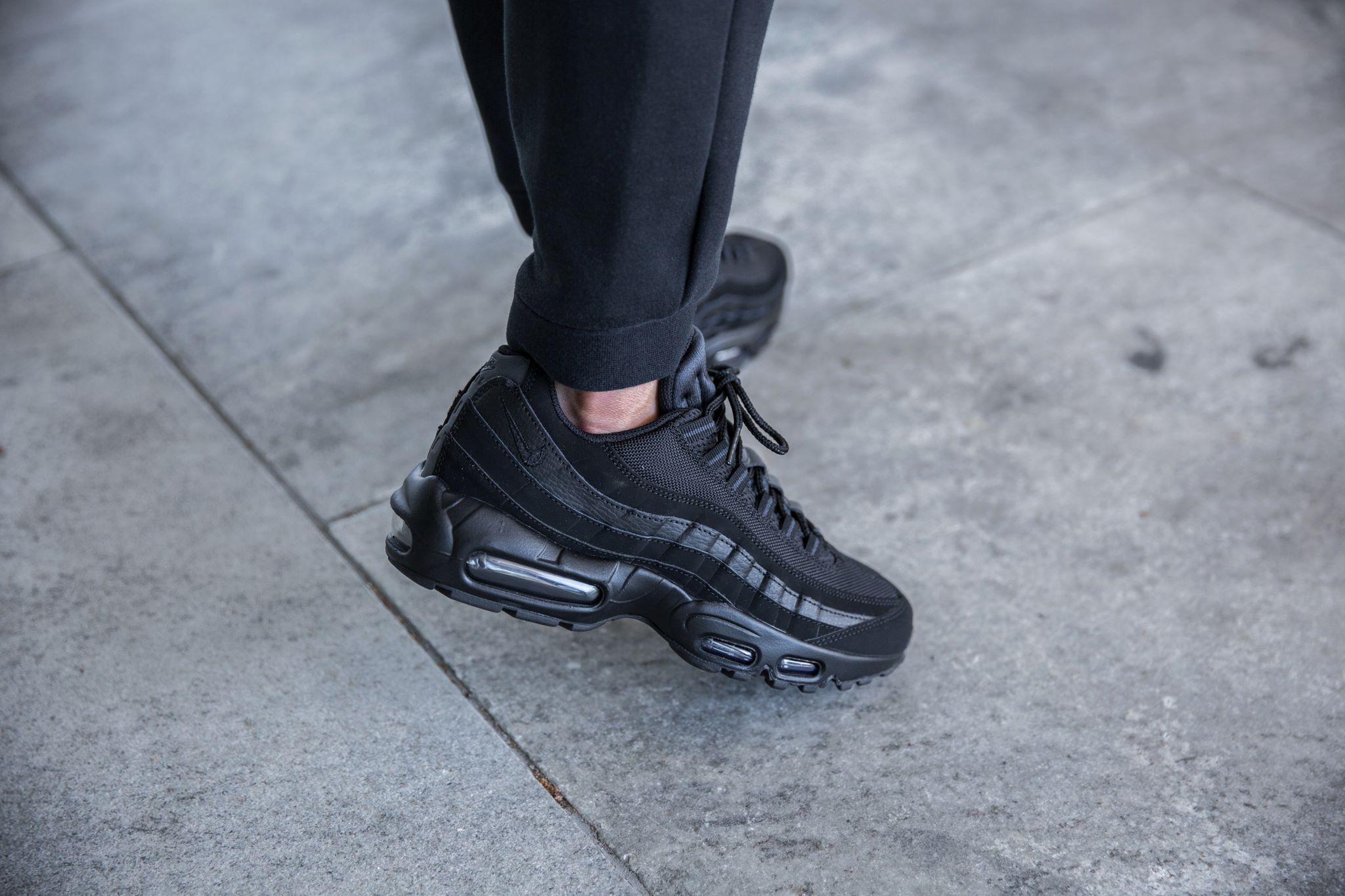 all black nike 95