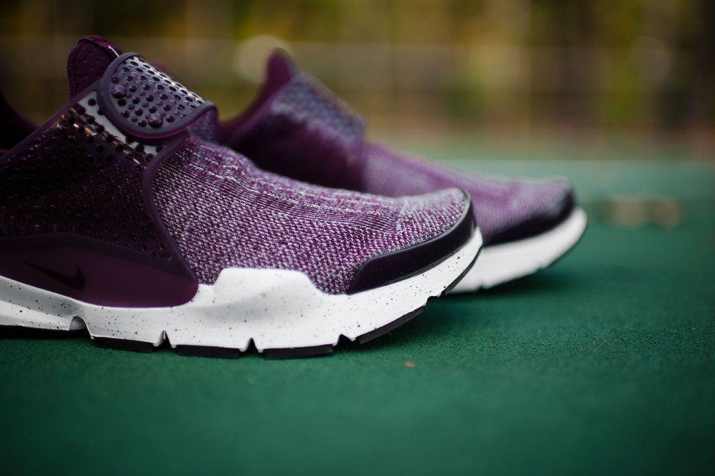 huge selection of 9f3b5 5d1c6 Get Your Hands On This Maroon Nike Sock Dart SE Premium Now ...