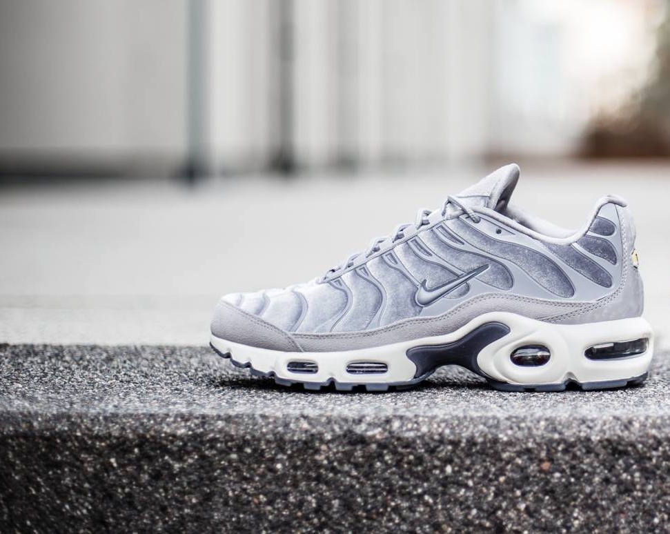 low priced 2cbdf d6e3e Cool Grey Covers The Nike WMNS Air Max Plus Lux ...